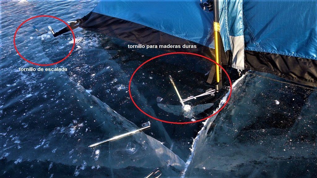 En la foto se pueden ver los dos tipos de tornillos para asegurar la tienda sobre el hielo.