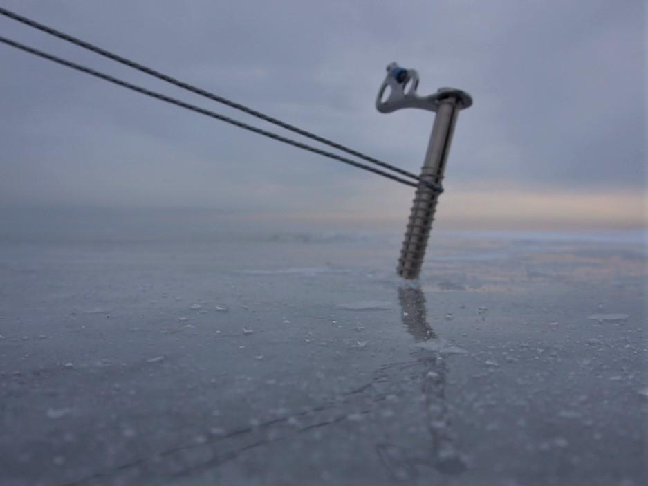 Los pequeños detalles marcan la diferencia. En la foto estoy usando un tornillo de escalada en hielo, viene equipado con una pequeña manivela para facilitar su montaje y desmontaje.