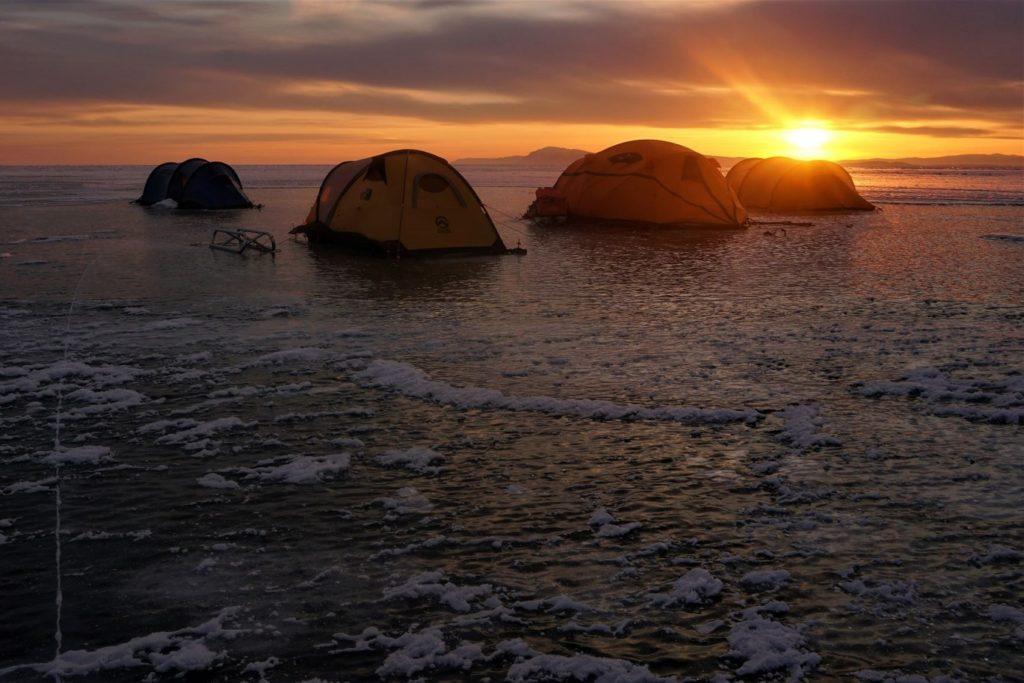 Lago baikal, segundo día de expedición. Nuestro campamento está montado antes que las bajas temperaturas sea insoportables en el exterior.