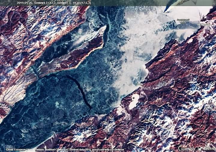 Imágenes tomadas por el satélite Sentinel-3, el 25 de Enero de 2019. Vemos una gran grieta transversal de unos 200 metros de anchura de agua 'líquida' amenaza cortando el paso a todas las expediciones.