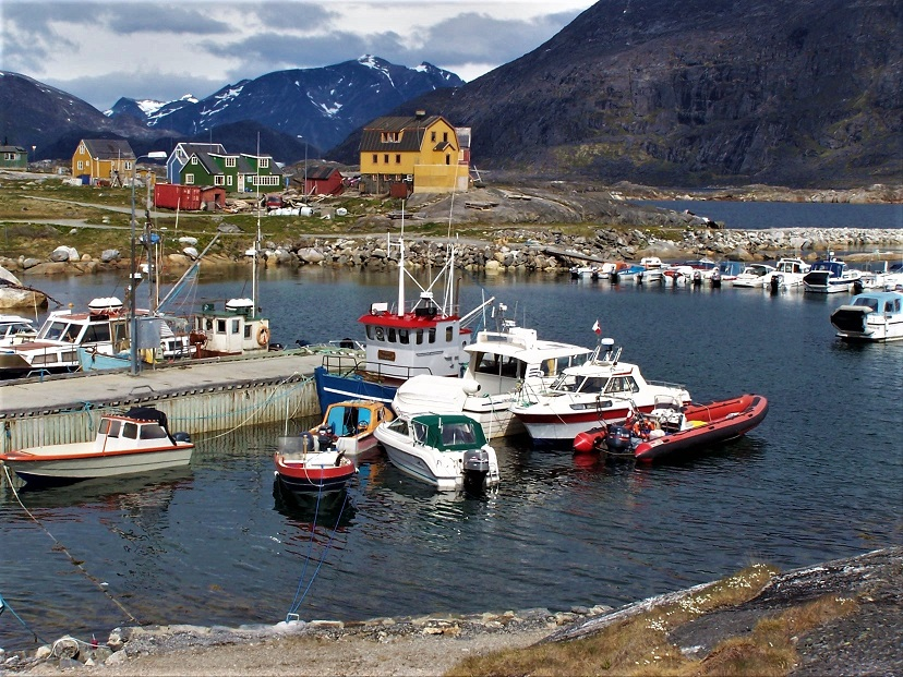 Muelle privado de la isla de Nanortalik. En primer plano nuestra zodiac. Al fondo, nuestras casas, de la color verde y la amarilla.