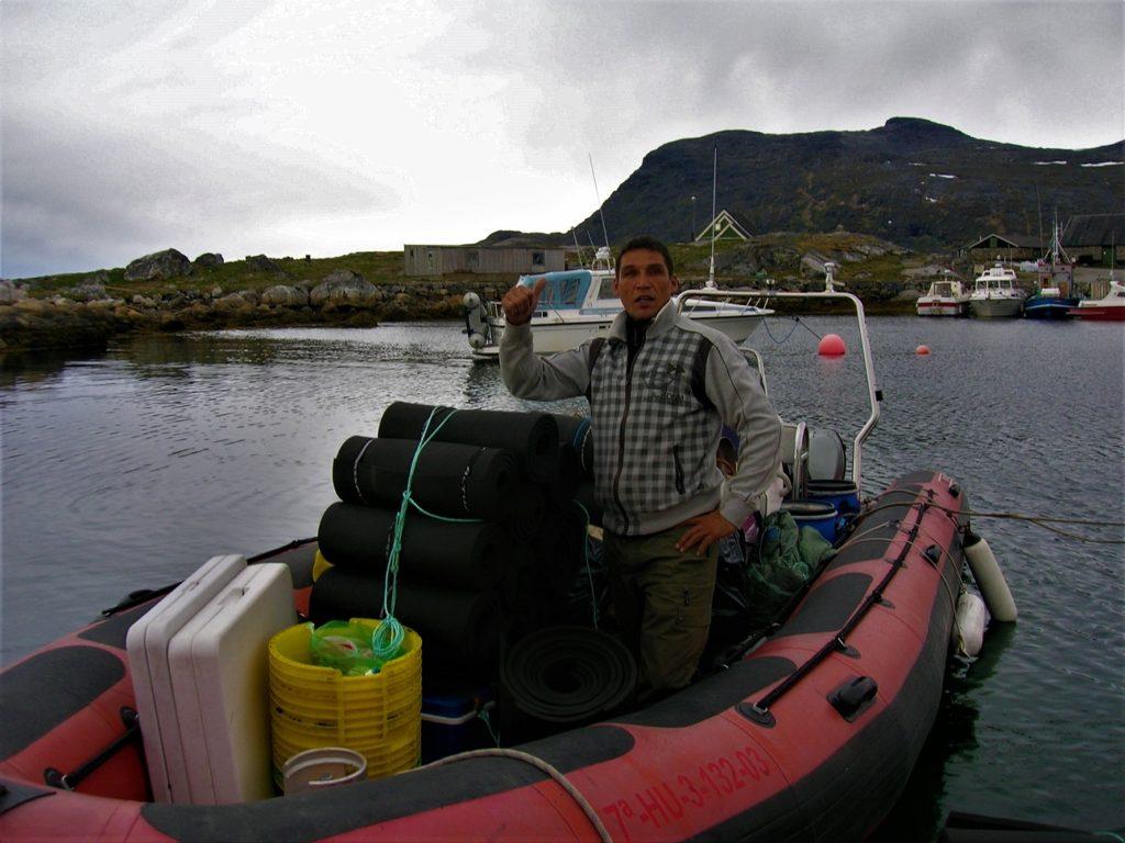 Jørgen nos indica que todo está listo para partir al fiordo de Tasermiut.