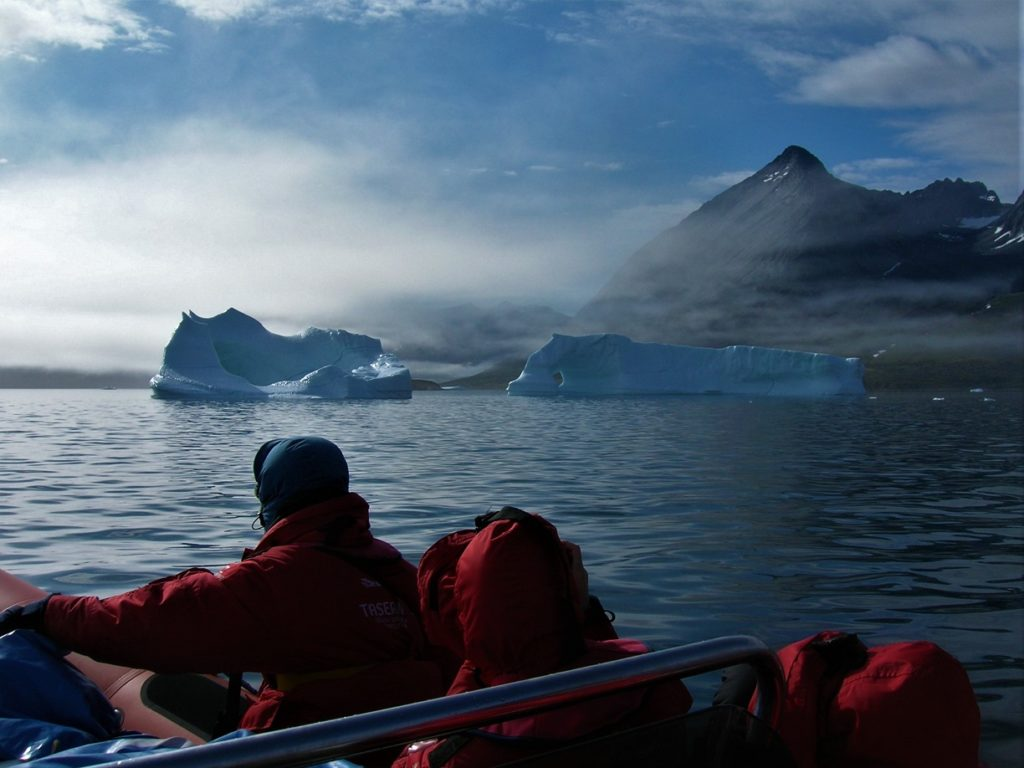 Grandes icebergs amenazan en medio de la niebla. Lo más peligroso es la estela de pequeños bloques de hielo que van desprendiendo en su deriva.