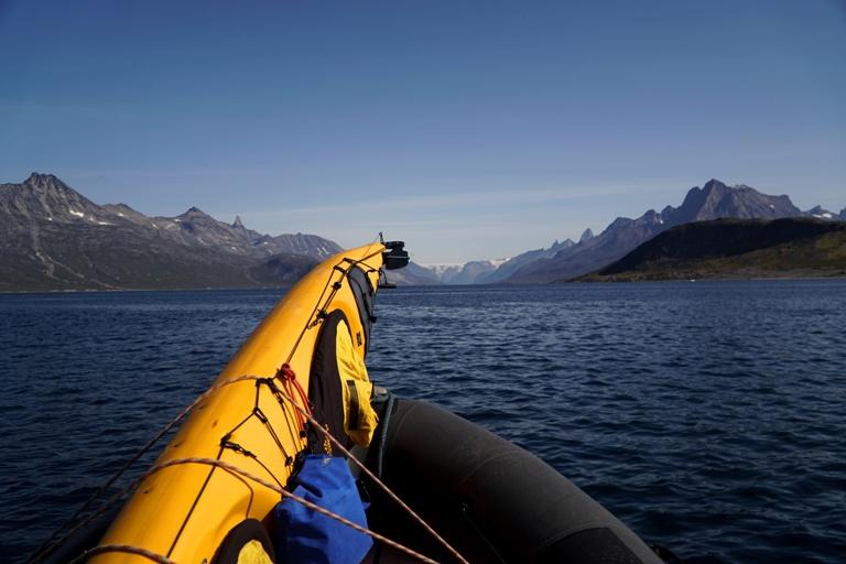"""En el fiordo de Tasermiut, con la lacha """"Kianngaq"""" en este atípico verano de cielos azules."""
