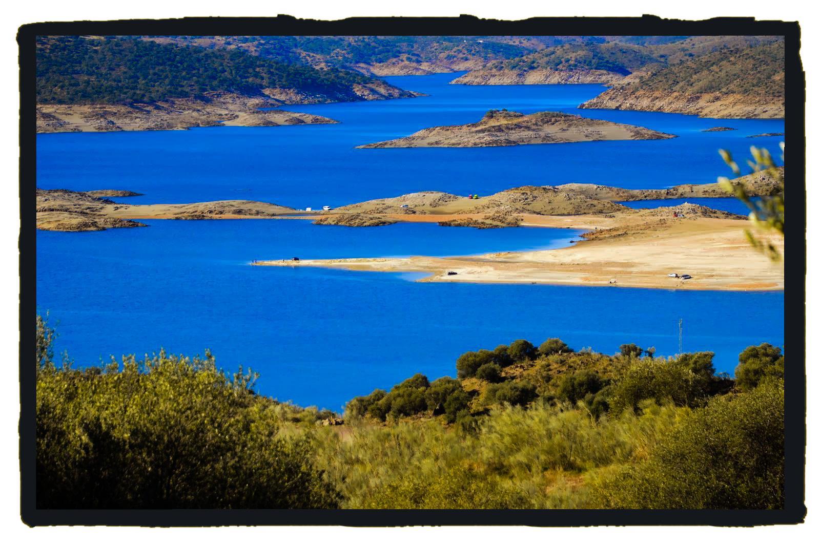 Entre estas aguas azules se mueve la sirena de Garrovillas.