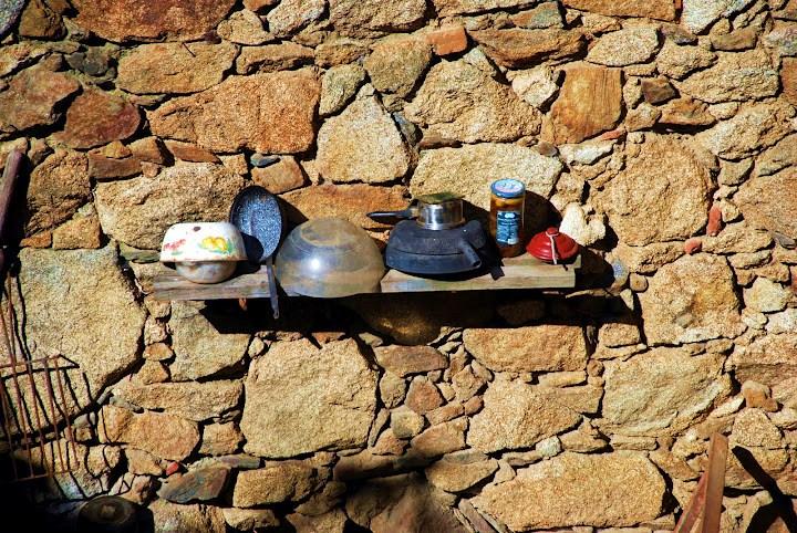 La duenda Pomporrilla se dedica a trastear con los cacharros de la casa (Foto: Jimber)