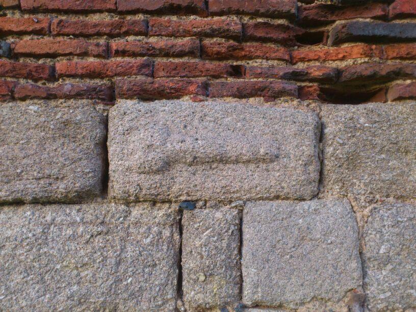Relieve fálico en el acuaeducto de Los Milagros, en Mérida (Azrael)