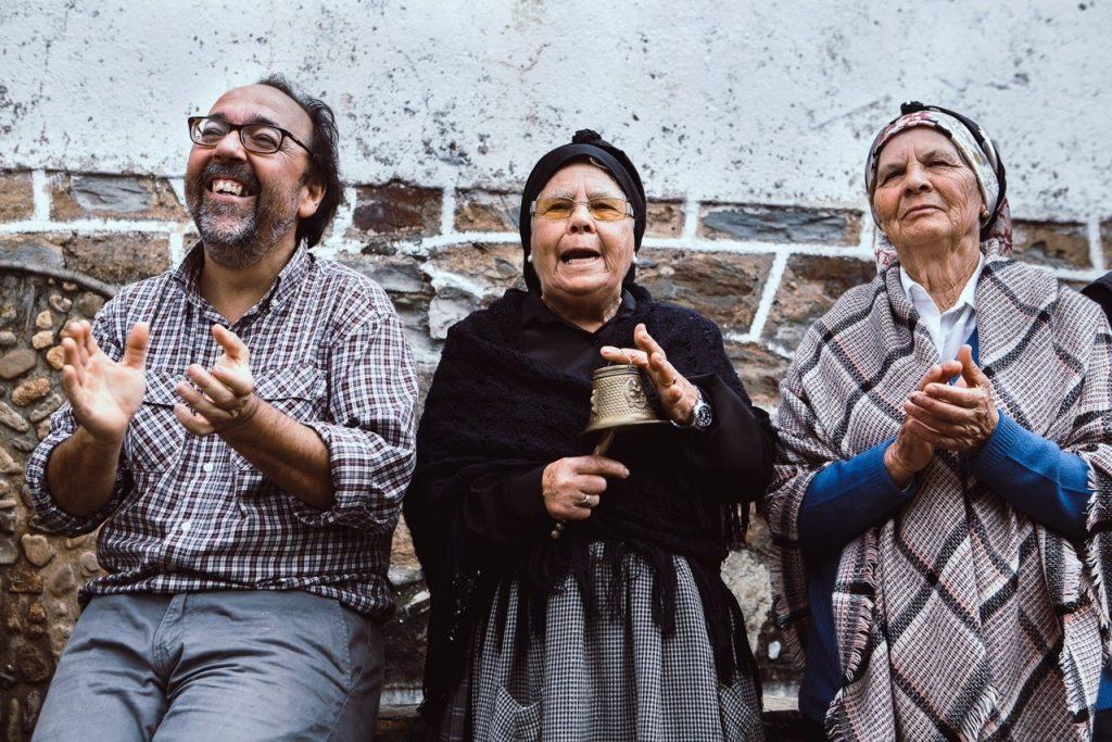 Los vecinos reciben a la Chicharrona con antiguos cantares (Jorge Armestar) GALERIA DE FOTOS
