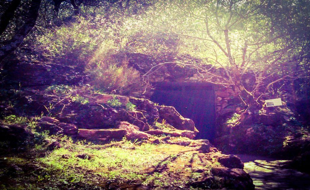 Entrada a la Cueva de los Postes (Fuentes de León)