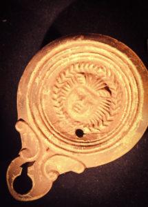 Lucerna romana aparecida en el santuario de la Cueva de los Postes