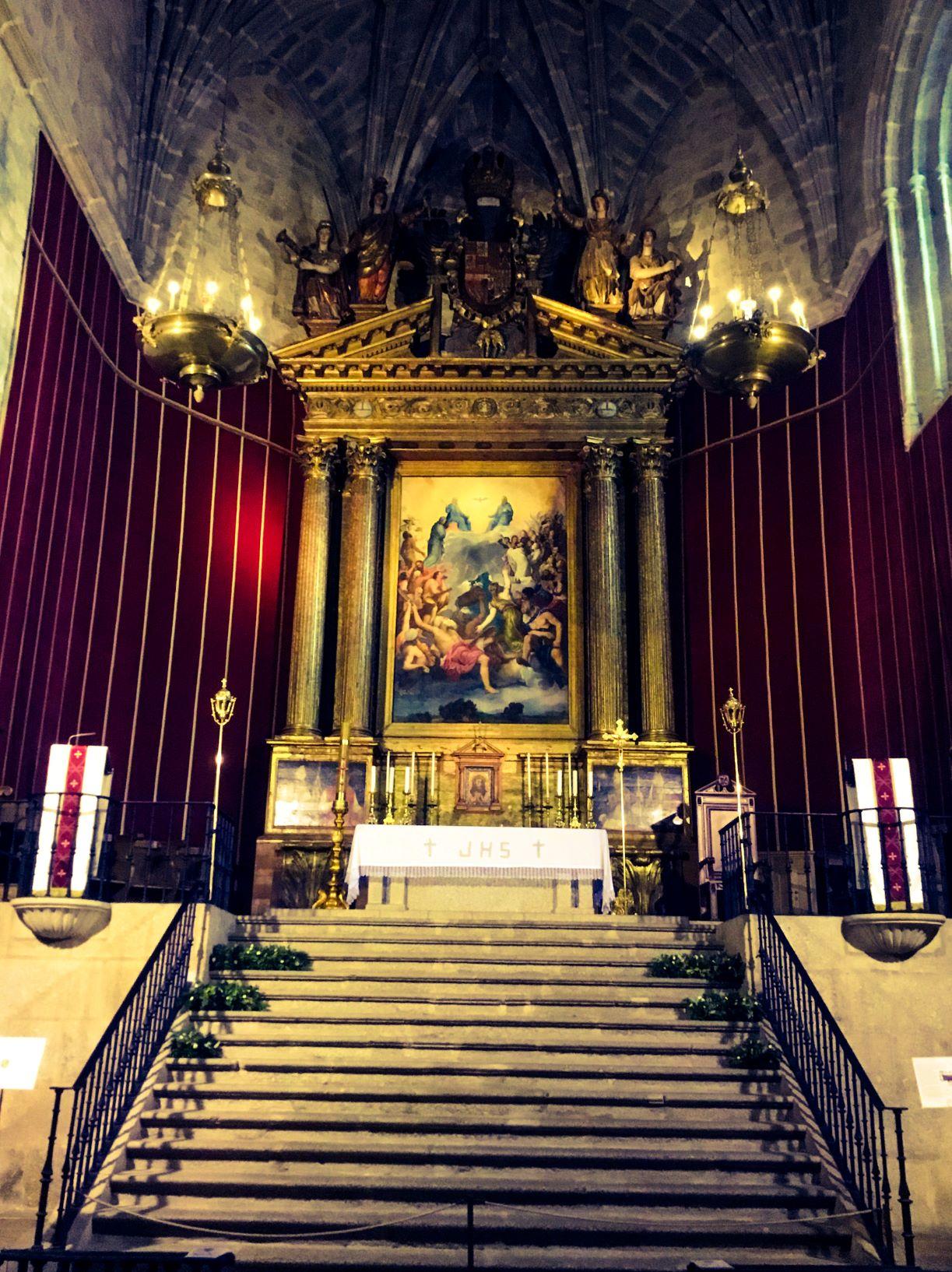A los pies del altar de la iglesia de Yuste enterraron al emperador (Israel J. Espino)