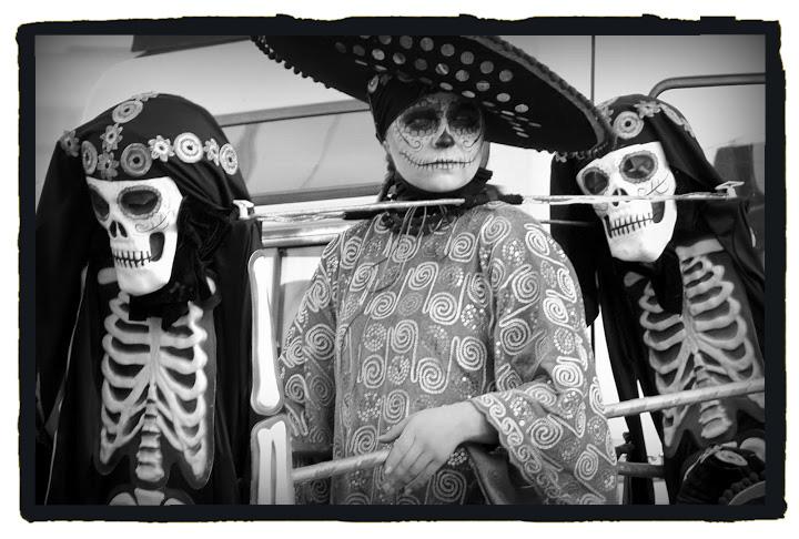 Jóvenes vestidos de calaveras mejicanas (Jimber para Extremadura Secreta)