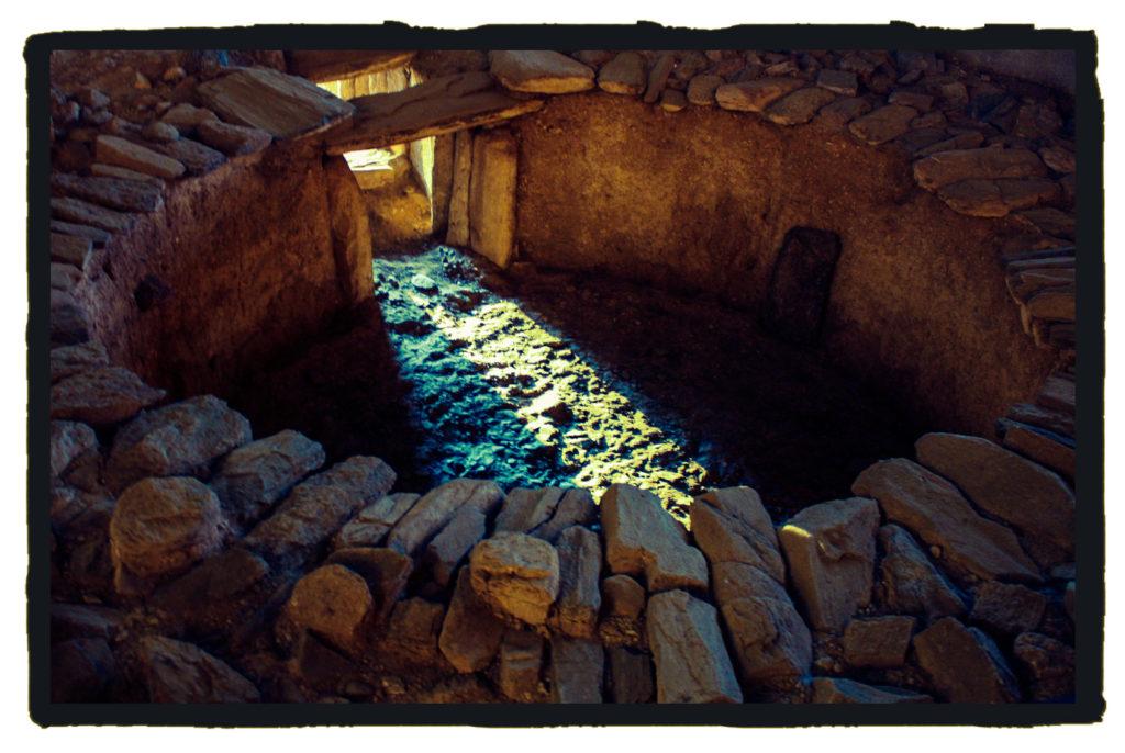 Durante el solsticio de invierno los rayos del sol penetran en el sepulcro megalítico de Huerta Montero (A. Briz)