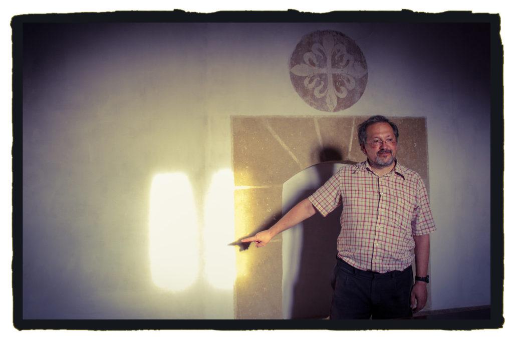 Agustín Flores afirma que el sol y la luna hacen de la ermita un reloj de tiempo (A. Briz)