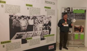 foto: en el centro Juan Carlos flanqueado de paneles informativos. de p