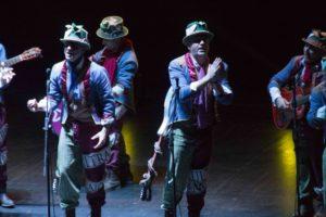 Momento de la actuación de la comparsa de Tino en Badajoz