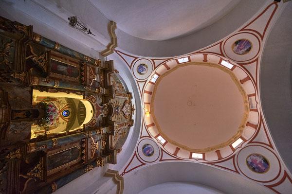 Cúpula en la cabecera y retablo./ Víctor Gibello