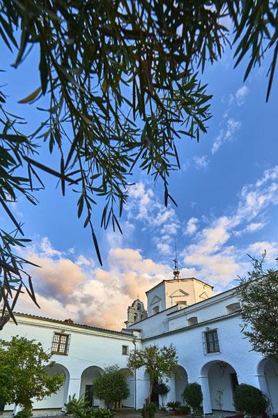 Iglesia vista desde el patio./ Víctor Gibello