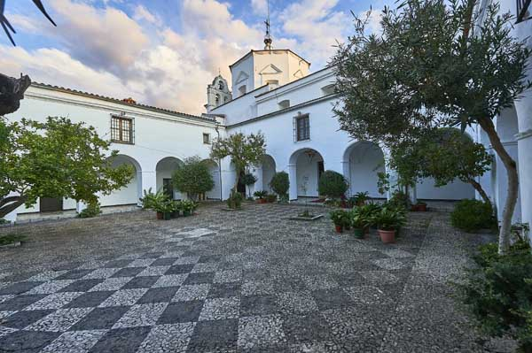 Patio de acceso a templo./ Víctor Gibello